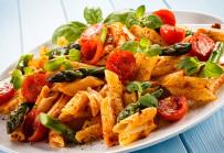 Pasta mit Gemüse in Tomatensauce