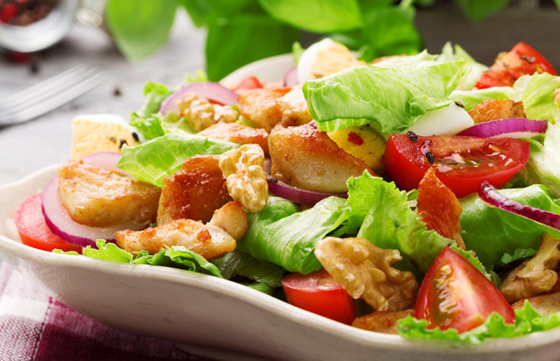 Salat mit Hühnchen, Gemüse und Nüssen